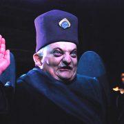 Der Hohepriester hebt die Hände