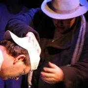 Der schwarze Müller presst den letzen Schweiss aus der Arbeit der Burschen