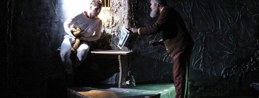 Der Plattl-Mich versucht dem Buben im Keller das Lesen beizubringen