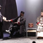 Shui Ta in Verhandlung mit dem Frisör und der Vermieterin