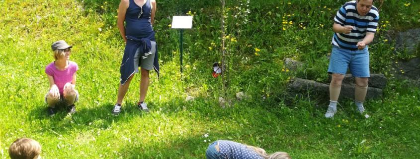 Schauspauspieler von Theater Saegewerk und Kinder improvisieren in der Natur