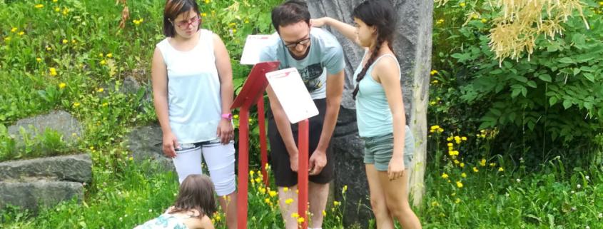Kinder und Schauspieler von Theater Saegewerk improvisieren in der Natur