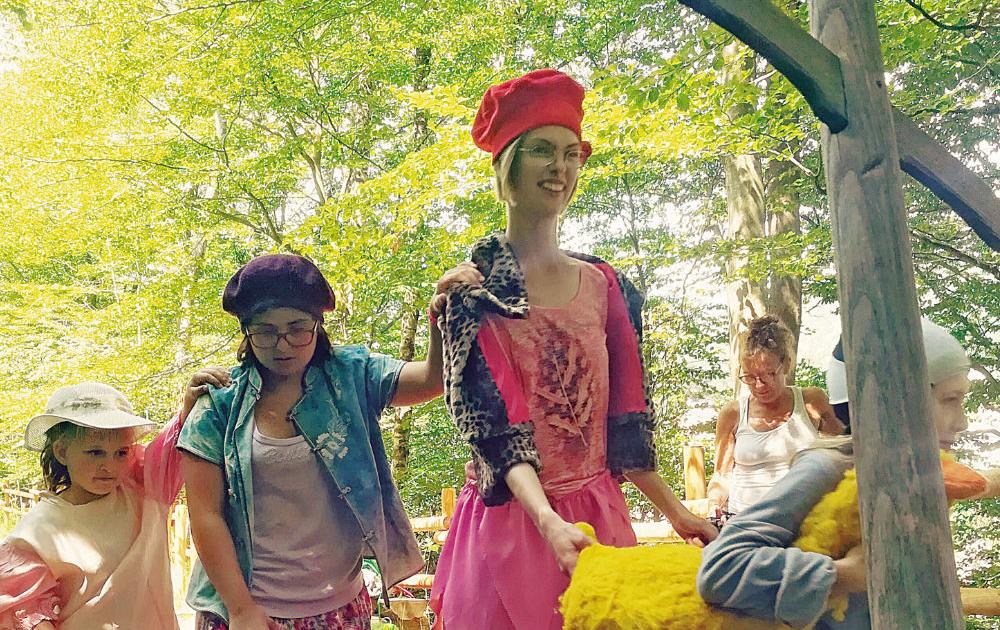 Schauspielerinnen und Kinder improvisieren ein Märchen